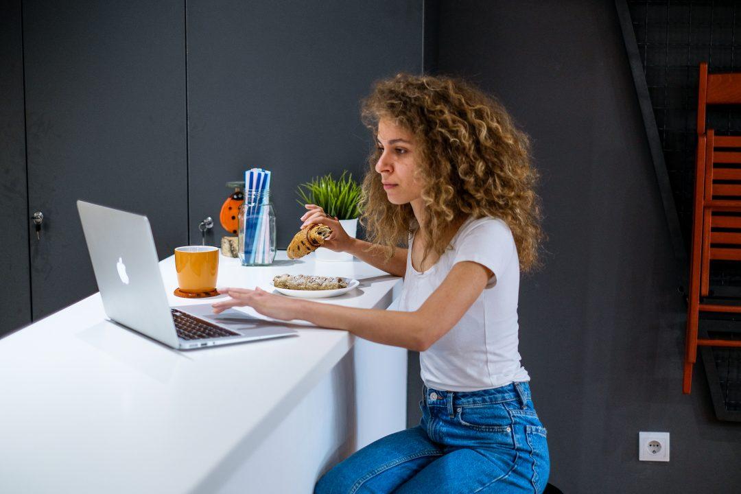 young-women-breakfast